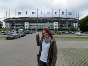 HSV-Fan Wiebke vor dem Volksparkstadion