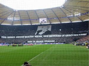 Choreografie der HSV-Fans für Hermann Rieger beim Spiel gegen Dortmund am 22.02.14
