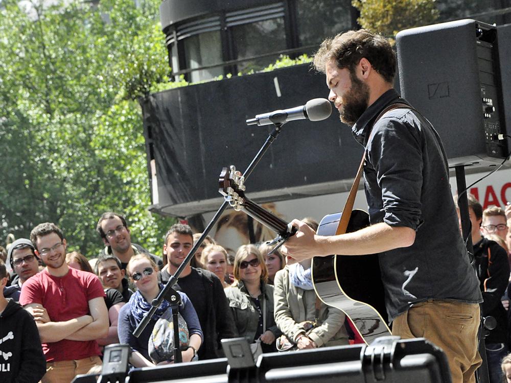 Passenger spielt spontan in der Spitalerstraße in Hamburg