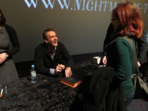 Jason Segel aus How I Met Your Mother signiert Bücher im Cinemaxx Hamburg