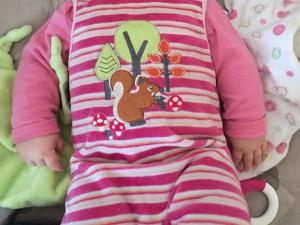 Rosa Babystrampler mit Eichhörnchen