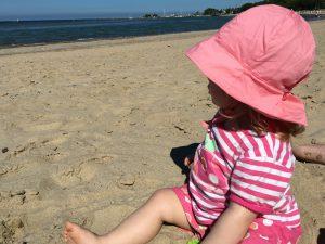 Meerliebe: Kleinkind am Timmendorfer Strand Ostsee