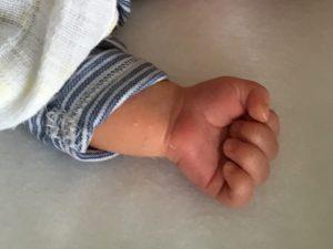 Winzige Babyhand