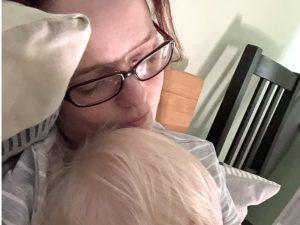 Kuschelzeit: Mama und Kind