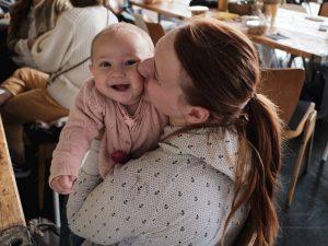 """Mama mit Baby beim """"Meningitis bewegt."""" Lunch Talk"""