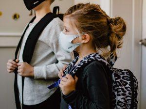 Grundschüler mit Maske wegen Corona